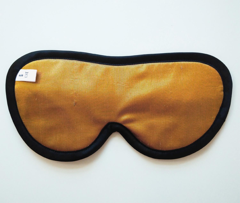 schlafbrille aus edler goldfarbener Seide